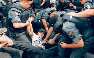 Проверка документов сотрудниками полиции на улице
